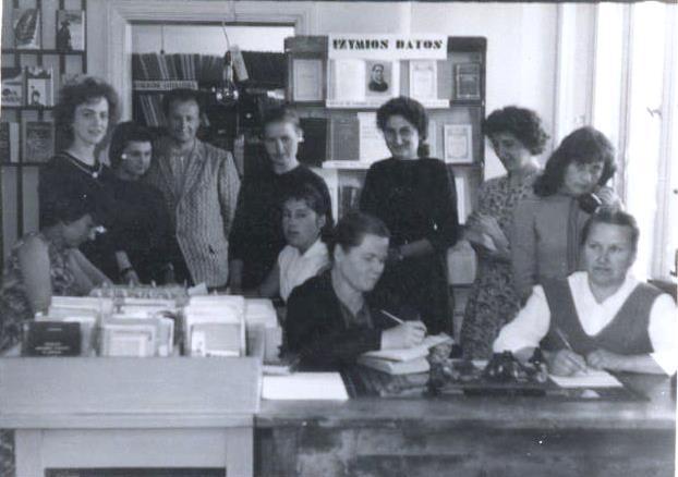 Bibliotekos darbuotojos su 6 mėnesių bibliotekininkų kursų lankytojomis, 1963 metai