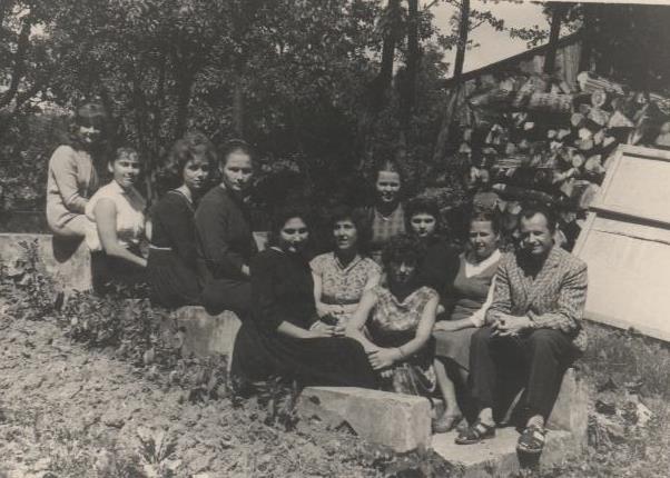 Bibliotekos kolektyvas su praktikantėmis, pirmas iš dešinės - bibliotekos vedėjas Kazimieras Mickus